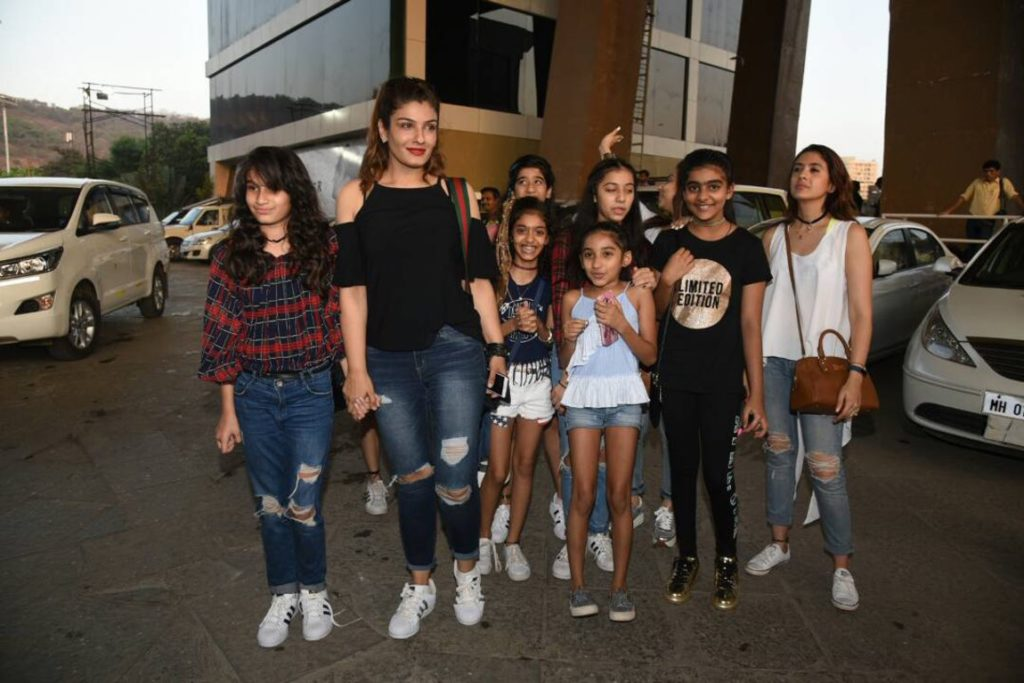 Raveena Tandon with her excited bunch of girls. (Photo: Yogen Shah)