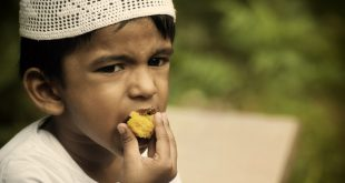 muslim_boy_eating
